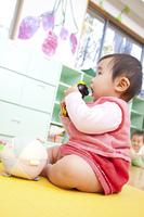 おもちゃに噛み付く保育園女児