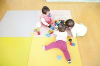 おもちゃで遊ぶ保育園児