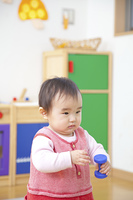 おもちゃで遊ぶ保育園女児