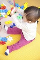 おもちゃで遊ぶ保育園男児