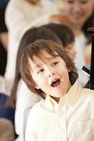 歌う保育園男児