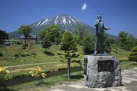 細川たかし像と羊蹄山