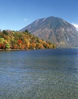 秋の中禅寺湖と男体山