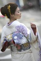 振り袖を着た女性