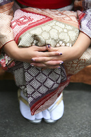 手を前で組んだ着物姿の女性