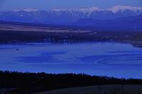 夜明けの山中湖と南アルプス