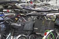 積み上げられた放置自転車