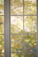 白い窓辺から見える秋