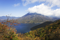 紅葉の男体山と中禅寺湖