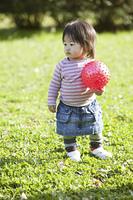 小さな女の子と赤いボール