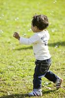 小さな男の子とシャボン玉