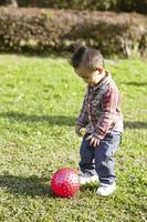 小さな男の子と赤いボール