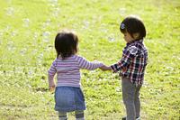 小さな男の子と女の子とシャボン玉