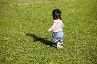 小さな女の子の後ろ姿