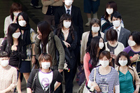 マスクをした人々