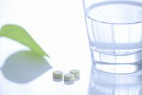 薬の錠剤とコップの水