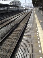 鉄道の駅のホームとレール