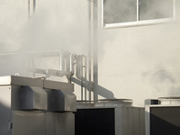 工場の煙突と水蒸気