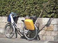 自転車に積まれた掃除道具
