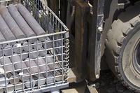 リフトで鋼材を運ぶ