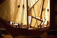 部屋に飾った帆船の模型