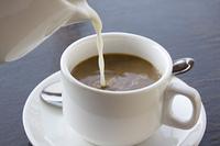ミルクを注ぐカフェオレ