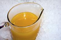 ピッチャーに入れたオレンジジュース
