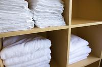 サウナの棚のバスタオル
