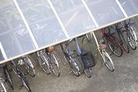マンション自転車置き場の透明材質の屋根