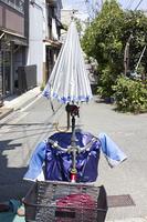 自転車のハンドルに取り付けた日傘