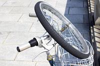スペアタイヤを前カゴに積んだ自転車