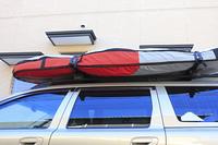 乗用車の屋根に積んだサーフボード