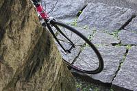 石畳のある街角に立てかけた自転車