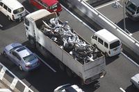 鉄くずのスクラップを運ぶトラック