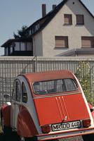 家と赤い車