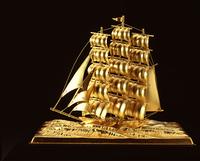 純金製の船の置物