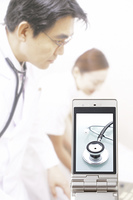 医者と看護婦と携帯画面に写る聴診器