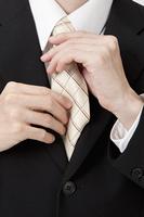 ネクタイを締め直すビジネスマン