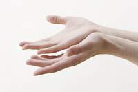 女性の両手