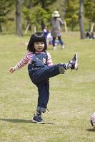 屋外で遊ぶ子供の笑顔