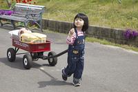 荷物を運ぶ女の子