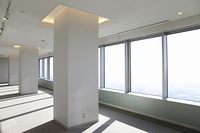 光が差し込む高層ビルの室内