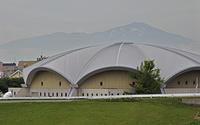 初夏の酒田・酒田市営体育館と鳥海山