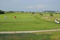 初夏の酒田・最上川河川敷のゴルフ場