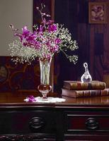 アンティーク家具に置かれた蘭を生けた花瓶