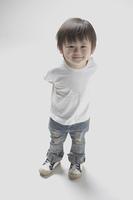 にっこり笑ってカメラを見上げる2才の男の子