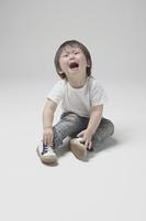 座り込んで泣く2才の男の子