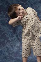 甚平を着て可愛いしぐさをする2才児