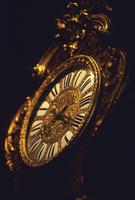 金色に輝く柱時計