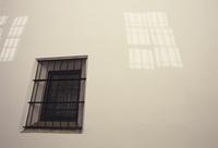 白い壁と窓の影